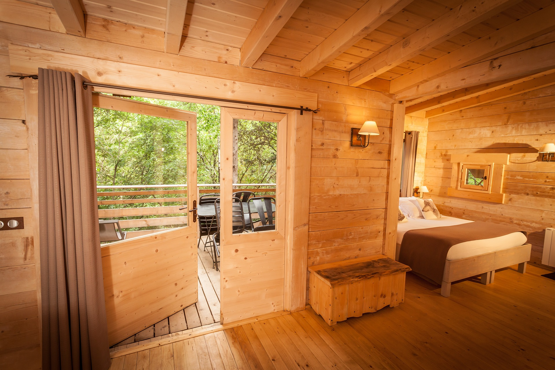 cabins-in-the-woods-1644338_1920
